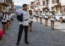 Cuenca, Ecuador, il 13 gennaio 2018: Marcia dei twirlers di bastone fotografia stock