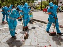 Cuenca, Ecuador, 13 Januari, 2018: De bemanning maakt na parade schoon royalty-vrije stock afbeelding