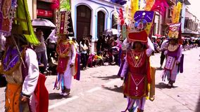 Cuenca, Ecuador/am 3. November 2016 - Männer im Totem tanzen in Cuenca-Unabhängigkeits-Parade stock video footage