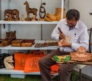 Cuenca Ecuador/November 4, 2017 - Wood skulptörshow hans ware royaltyfria bilder