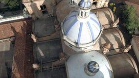 Cuenca, Ecuador/Oct 27, 2017 - de Hommel vliegt voorbij de beroemde koepels van de Nieuwe Kathedraal stock footage