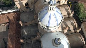 Cuenca, Ecuador - 27 Oct, 2017 - Hommel vliegt voorbij de beroemde koepels van de Nieuwe Kathedraal stock footage