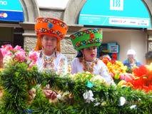 Cuenca, Ecuador Parade Pase-del Nino Viajero, Mädchen und Junge oben gekleidet für Parade lizenzfreie stockbilder
