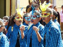 Cuenca, Ecuador Parata durante il carnevale Ragazze che portano le mascherine immagini stock libere da diritti