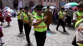 Cuenca, Ecuador - 20160206 Polizisten Band-Märze in der Parade gefolgt vom Mann auf Stelzen stock video footage