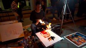 Cuenca Ecuador - 20180602 - sprutmålningsfärgkonstnärer - ultrarapid - konstnären Picks Up Spray kan och ljusbrand stock video