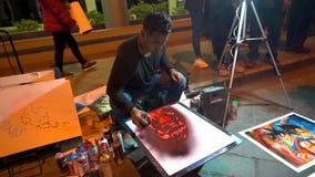 Cuenca Ecuador - 20180602 - sprutmålningsfärgkonstnärer - ultrarapid - konstnären Picks Up Spray kan och målarfärger med den stock video