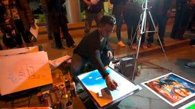 Cuenca Ecuador - 20180602 - sprutmålningsfärgkonstnärer - ultrarapid - konstnären som Picks Up Spray kan, målar det blåa lagret lager videofilmer