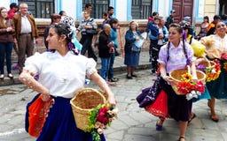 cuenca ecuador Ståta under karneval Dansare som kläs som cuencano arkivfoton