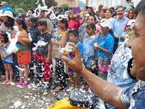 cuenca ecuador Ståta under karneval Folk och dansare som besprutar skum royaltyfria foton