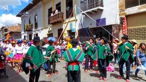 Cuenca, Ecuador Tänzer mit Bändern während eines Parade Paseo-del Nino Viajero stockfotografie