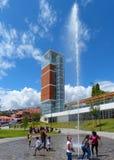 Cuenca, Ecuador Torre y fuente modernas de observación en el parque Freedomr de Libertad del parque fotos de archivo