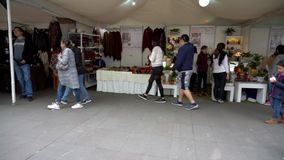 Cuenca, Ecuador - 20181003 - Cuenca-Unabhängigkeitstag-Festival TimeLapse - schneller Pan Across Outdoor Row von Verkäufer zehn stock footage