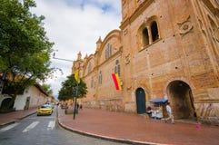 Cuenca Ekwador, Kwiecień, - 22, 2015: Wielka i piękna stara ceglana fasada główny katedralny rozciąganie wzdłuż bloków mieszkalny Zdjęcie Royalty Free