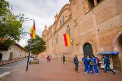 Cuenca Ekwador, Kwiecień, - 22, 2015: Wielka i piękna stara ceglana fasada główny katedralny rozciąganie wzdłuż bloków mieszkalny Obraz Stock