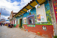 Cuenca, Equador - 22 de abril de 2015: Construção cultural do museu e do café, condomínio pequeno muito colorido Fotos de Stock Royalty Free