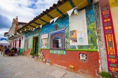 Cuenca, Equador - 22 de abril de 2015: Construção cultural do museu e do café, condomínio pequeno muito colorido Imagem de Stock