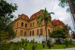 Cuenca, Equador - 22 de abril de 2015: Construção de Colegio Benigno como visto da vista exterior, do europeu muito contínuo e tí Foto de Stock Royalty Free