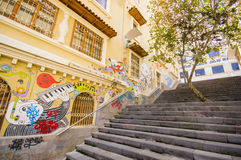 Cuenca, Equador - 22 de abril de 2015: Escadaria concreta encantador com as ruas de conexão urbanas da cidade da arte e dos grafi Foto de Stock