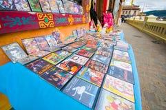Cuenca, Equador - 22 de abril de 2015: Seleção de discos musicais do CD e do dvd no negócio local do vendedor ambulante Fotografia de Stock Royalty Free