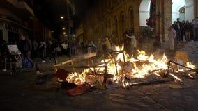 Cuenca, Equador - 31 de dezembro de 2018 - povos olha a fogueira da rua na meia-noite na véspera de anos novos video estoque