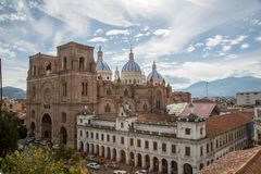 Cuenca, Equador/2 de dezembro de 2012: Vista elevado da catedral nova foto de stock royalty free