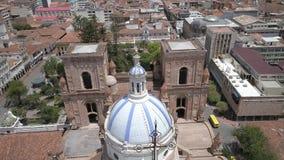 Cuenca, Equador - 27 de outubro de 2017 - zangão voa sobre abóbadas famosas da catedral nova filme