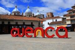 Cuenca - Equador 2-5-2019, escritos nas letras na plaza principal com a catedral no fundo fotos de stock royalty free