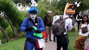Cuenca, Equador - 20181003 - festival do Dia da Independência de Cuenca - artista Makes Dinosaur do palhaço do balão video estoque