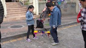 Cuenca, Equador - 20181003 - festival do Dia da Independência de Cuenca - um jogo do menino e da menina com seu monstro novo Stri video estoque