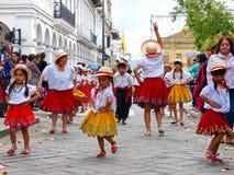 Cuenca, Equador Grupo de dançarinos das crianças vestidos em trajes coloridos como cuencanas na parada imagens de stock