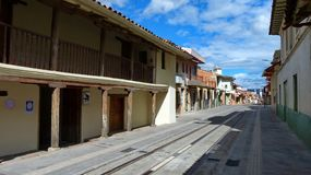 Cuenca, Equador Rua de Colômbia e casa grandes Casa de las Posadas imagens de stock