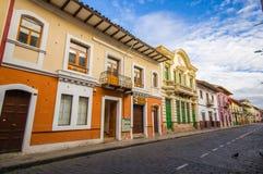 Cuenca, Equateur - 22 avril 2015 : Routes de Bridgestone au centre de la ville avec l'architecture avec du charme et belle de bât Photographie stock libre de droits