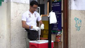 Cuenca, Equateur - 31 décembre 2018 - homme fait le bonbon au caramel et les paquets à eau salée il en vente clips vidéos