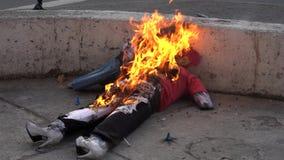 Cuenca, Equateur - 31 décembre 2018 - le feu de Rocket à l'intérieur de l'effigie représentant le mauvais de la vieille année com clips vidéos
