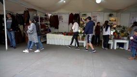 Cuenca, Equateur - 20181003 - festival TimeLapse - Pan Across Outdoor Row rapide de Jour de la Déclaration d'Indépendance de Cuen banque de vidéos