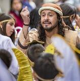 Cuenca, Equateur/le 24 décembre 2015 - l'homme dirige des enfants habillés comme anges dans la chanson pendant le défilé photographie stock libre de droits