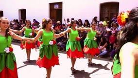 Cuenca, Equateur/le 3 novembre 2016 - les femmes dans des robes vertes et rouges dansent dans le défilé de l'indépendance de Cuen banque de vidéos