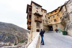 CUENCA - 18. MÄRZ: Nicht identifizierte Touristen besichtigen die berühmten hängenden Häuser in Cuenca am 18. März 2016 Lizenzfreie Stockfotografie