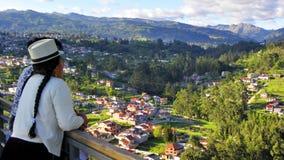 Cuencana женщины смотря город Cuenca, эквадор Парк света или Megaparque de Ла Luz стоковая фотография