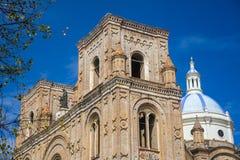 Cuencas大教堂门面和圆顶 免版税图库摄影