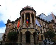 Cuence, Ισημερινός, 2-5-2019: Κύριο κυβερνητικό αποικιακό κτήριο cuenca με τρεις σημαίες στοκ φωτογραφία με δικαίωμα ελεύθερης χρήσης