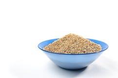 Cuenco azul de arenas de la cebada aisladas en blanco Imagenes de archivo