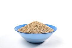 Cuenco azul de arenas de la cebada aisladas en blanco Imagen de archivo libre de regalías