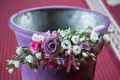 Cuenco bautismal cristiano del agua adornado con las rosas Imagenes de archivo