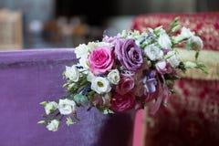 Cuenco bautismal cristiano del agua adornado con las rosas Fotos de archivo libres de regalías