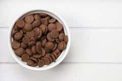 Cuenco blanco con los pedazos del chocolate Imagen de archivo libre de regalías