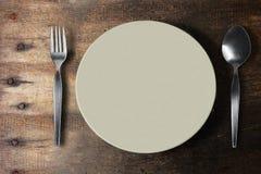 Cuenco blanco en la tabla de madera Foto de archivo