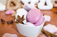 Cuenco coloreado en colores pastel de panes de jengibre imágenes de archivo libres de regalías