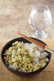 Cuenco con arroz y pollo y palillos Fotografía de archivo